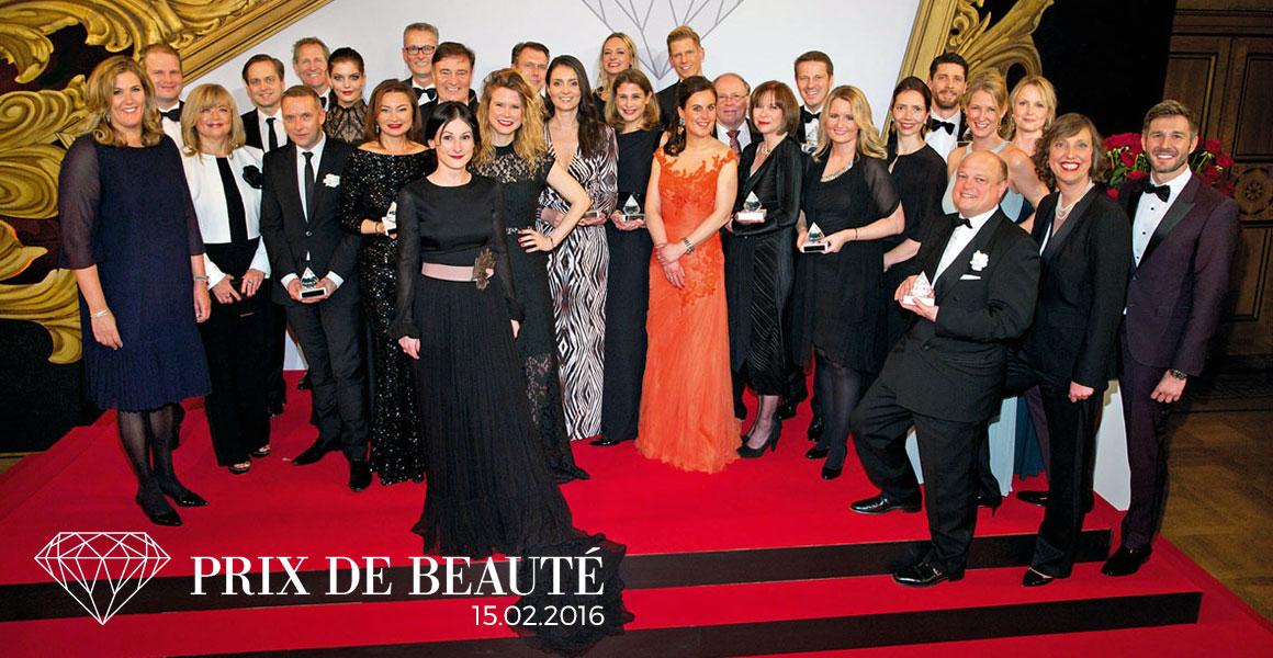 Die Preisträger des Prix de Beauté 2016 mit ihren Gastgebern. Foto: Christian Rudnik Von links nach rechts: Yvonne Bauer (Verlegerin), Florian Sieben (P&G), Helma Spieker (Bauer Advertising), Thomas Rieder (LVMH Dior), Stefan Geister (Vichy), Uwe Bokelmann (HAPPINEZ), Vanessa Fuchs (Germany's Next Topmodel by Heidi Klum), Dr. Yuliya Zielinski (Alès Group), Jörg Hausendorf (Bauer Media Group), Thomas C. Schnitzler (Nobilis), Anja Delastik (COSMOPOLITAN), Ann Thorer (JOY & SHAPE), Markus Grefer (Puig), Cristina Donescu-Podzun (Coty), Joy Jensen (MAXI & MYWAY), Carla Kromberg (La Mer), Jens-Peter Peuckert (Douglas), Carolin Cleven (COSMOPOLITAN), Helmut Baurecht (Artdeco), Barbara Respondek (Shiseido), Michael Cramer (KAO Group), Aina Storm und Nadine Bartenschlager (Beiersdorf), Johannes Scheer (BPI), Ramon Stroink (Weleda), Nicola Surholt (Henkel), Daniela C. Basse (BPI), Monika Fendt (Bauer Premium), Jochen Schropp (Moderator)